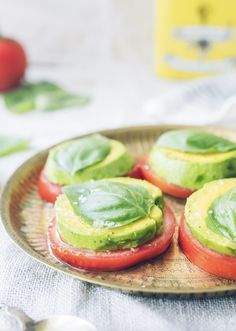 In honor of we're sharing Avocado Caprese Salad recipe. It's super simple to make: just layer slices of heirloom tomato with avocado. Top with fresh basil and sea salt and drizzle with lemon and olive oil. Head over to his 'gram for the full recipe! Diet Dinner Recipes, Raw Food Recipes, Diet Recipes, Healthy Recipes, Healthy Eats, Healthy Food Blogs, Cleanse Recipes, Caprese Salat, Avocado