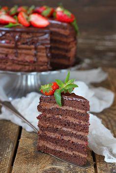 Торт для любимого,любителя шоколада и сладкого. Сочетание шоколадных коржей с двумя видами крема и клубничным конфитюром. Получилось очень вкусно. Ингредиенты… Fudge Cake, Brownie Cake, Pie Cake, No Bake Cake, No Cook Desserts, Sweets Recipes, Cake Recipes, Russian Cakes, Easy Cake Decorating