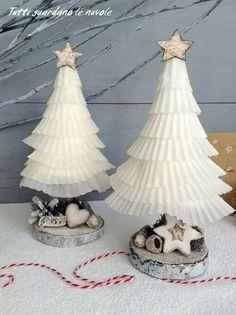 piccoli alberi shabby realizzati con i pirottini dei cupcakes. http://tuttiguardanolenuvole.blogspot.it/2015/12/paper-christmas-trees.html