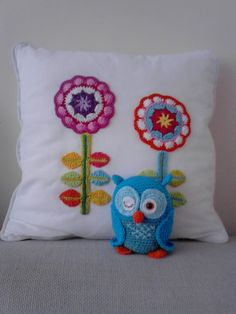 Applique Crocheted flowers. Inspiration. Similar to @Attic24 Happy Flower Decoration found here http://attic24.typepad.com/weblog/happy-flower-decoration.html. A Dutch pattern for the owl is available for free here http://www.amigurumi-haken.be/nieuws/download-nu-het-gratis-patroontje-van-jip (designed by  Tessa van Riet-Ernst aka Kookeridoo) - you must sign up to download it.