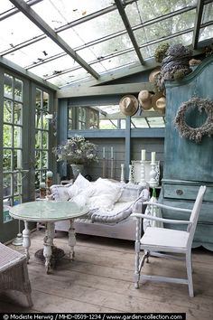 Wouldn't it be wonderful to have a conservatory? I LOVE these indoor/outdoor rooms. Outdoor Rooms, Outdoor Living, Outdoor Furniture Sets, Outdoor Decor, Glass House, Conservatory, Design Case, My Dream Home, Living Spaces