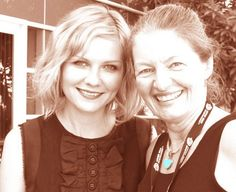 Kirsten Dunst poses with San Diego video producer Patty Mooney Celebrity Pictures, Celebrity News, Kirsten Dunst, San Diego Comic Con, Sci Fi Movies, Poses, Celebrities, Figure Poses, Celebs