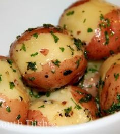 South Dish: Butter Steamed New Potatoes. I grew up on these potatoes.Deep South Dish: Butter Steamed New Potatoes. I grew up on these potatoes. Potato Dishes, Vegetable Side Dishes, Potato Recipes, Veggie Recipes, Food Dishes, Cooking Recipes, Cooking Bacon, Cooking Tips, Cooking Kale