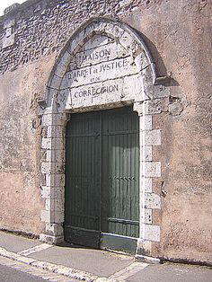 27-06-2004 - 18h04 Ancienne porte de prison 8 rue des Lisses Chartres 28000 Photo numérique : Francis CAHUZAC