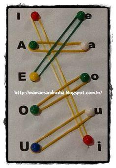 Trabalhando o reconhecimento das vogais e a coordenação motora. http://mamaesandrinha.blogspot.com.br/2014/08/ligando-vogais-com-auxilio-de-tachinhas.html
