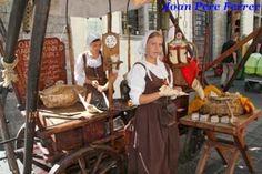 Lozanas mozas vendiendo almentras Tallin #estonia http://www.pacoyverotravels.com/2013/10/donde-comer-en-tallin-restaurante-olde-hansa.html