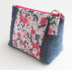 This post contains affiliate links. The next sample is a zipper pouch with the same kind of flat bottom as in the Peony Pen Pouch. This pouch started out as the Intro to Improv Zip Pouches. Zipper Pouch Tutorial, Clutch Tutorial, Sew Wallet, Felt Pouch, Diy Handbag, Creation Couture, Recycled Denim, Patchwork Bags, Denim Bag