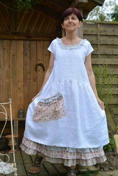 Melle Blanche cette tenue se compose d'une robe en lin blanc et d'un jupon en lin blanc et 3 volants en cotons ...