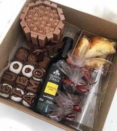 Olhaaaaaa this wonderful box! Mini cookie, brigadeiros, bread of honey, wine and even salgadinho ❤️❤️❤️ Orders by 14 981908356 Diy Gift Box, Diy Box, Diy Gifts, Simple Gifts, Love Gifts, Unique Gifts, Mini Cookies, Birthday Box, Food Items