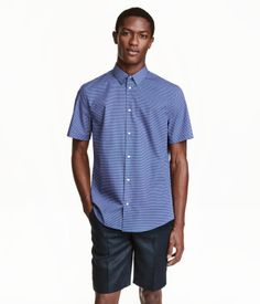 Blue/patterned. PREMIUM QUALITY. Short-sleeved shirt in premium cotton fabric with a printed pattern. Narrow turn-down collar. Slim fit.