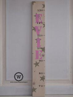 Stoere #groeimeter voor de #meisjeskamer in wit met roze #sterren en naam.