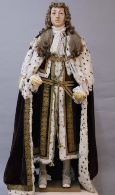 a photo of a wax effigy of William III with ermine robes and long wig