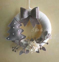 Easy DIY Felt Crafts, Felt Crafts Patterns and Disney Felt Crafts. Felt Christmas Decorations, Felt Christmas Ornaments, Holiday Wreaths, Handmade Christmas, Christmas Crafts, Wreath Crafts, Diy Wreath, Christmas Projects, Felt Crafts