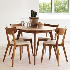 De Yumi dining table is een stijlvolle tafel. De tafel heeft een Scandinavisch design en is gemaakt van massief eikenhout. Deze tafel is extra stevig omdat de poten iets naar buiten staan. Een leuk weetje is dat door de vorm van de tafel nooit iemand aan de buitenkant zit.  Dining Nook, Dining Table In Kitchen, Dining Chair Set, Danish Furniture, Table Furniture, Home Interior Design, Interior Decorating, Dinning Room Sets, Home Living