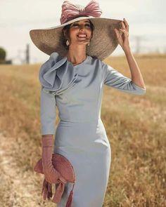 Os acabo de dejar en mi blog este espectáculo de look para invitadas de otoño e invierno. Este precioso vestido con manguita es de Blancaspina👗 y es ideal para llevar guantes de Lamatte by Ana Matesanz. 👉🏻Más fotos aquí http://invitadaperfecta.es/invitadas/look-invitada-de-manana-el-vestido-azul-serenity/7332 El bolso es de mi querida · Olvido Madrid · y la pamela de Masario. Beauty de Marta Gamarra Beauty y los pendientes de Lavani Jewels. Y los zapatos que de Salo Madrid. Vestido de…