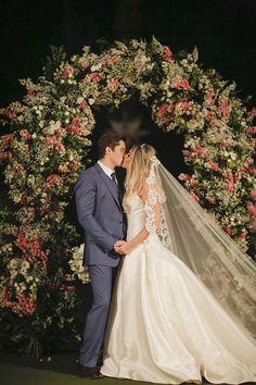 Kiss the bride ( Foto: Studio 47   Decoração: Fabio Borgatto e Telma Hayashi )
