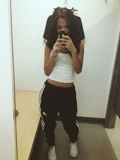 How to wear adidas sweatpants to school 52 ideas Lazy Outfits, Mode Outfits, Casual Outfits, Cute Outfits With Sweatpants, Swag Outfits, Adidas Sweatpants, Adidas Pants, Adidas Tracksuit, Adidas Joggers Outfit