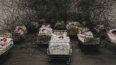 """Chiharu Shiota é japonêsa nascida em 1972, Osaka . Ela foi vive e trabalha em Berlim desde 1996.   """"Durante o sono"""" de 2002, Kunstmuseum Luzern / Suíça, foto: Sunhi Mang"""