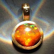 echter Opal in edler Goldfassung mit Brillanten