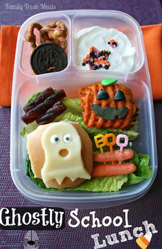 Bento Love: Ghostly School Lunch - - Come check out a TON of Halloween lunch ideas! In this EasyLunchbox lunch, we have a mini veggie burger, topped with a cheese ghost, carrots, sweet potato fries and fruit leather. For dessert. Lunch Box Bento, Lunch Snacks, Kid Snacks, Fruit Snacks, Halloween Lunch Ideas, Halloween Treats, Halloween Foods, Halloween Fun, Kids Lunch For School