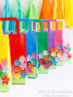 ¡Qué la primavera y sus flores estén presentes todo el año! Ya sea para las sorpresitas de un cumpleaños, babyshower, para un regalo que vamos a hacerle a alguien especial o para otra fiesta o reunión especial. Hoy les voy a mostrar cómo decorar unas bolsitas de papel con un gran jardín de flores de papel. 7th Birthday, Birthday Parties, Projects For Kids, Ideas Para, Cactus, Party, Craft, School, Wraps