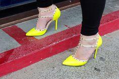neon yellow rockstuds high heels / tacones de color amarillo neon con estoperoles