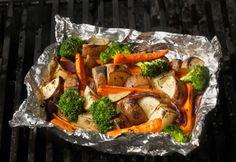 Guide de cuisson des légumes en papillote au barbecue | Coup de pouce—La cuisson en papillote est idéale pour les légumes sur le gril: de cette façon, on s'assure qu'ils ne brûleront pas et qu'ils ne tomberont pas sur la braise.