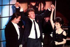 Пол Маккартни, Шон Леннон и Йоко Оно на церемонии включения Джона Леннона в Зал славы рок-н-ролла, 1994 год