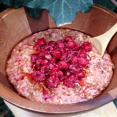 «It's getting colder here in The Netherlands so I'm craving warm breakfasts. This was raspberry oatmeal with maple syrup and some flax seeds. So satisfying…»