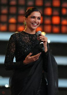Deepika Padukone in black saree IndianHomeMadeFood - Saree Styles Deepika Padukone Saree, Saree Blouse Patterns, Sari Blouse Designs, Designer Sarees Wedding, Saree Wedding, Stylish Blouse Design, Black Saree, Stylish Sarees, Pakistani Bridal Dresses
