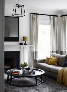 Blanc, gris et jaune dans la salon / white, grey and yellow in the living room