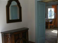 Geräumiger Eingangsbereich, die Durchgangstür ist noch im Originalzustand und wurde frisch lackiert. Mirror, Furniture, Home Decor, The Originals, Pictures, Door Entry, Fresh, Mirrors, Home Furnishings