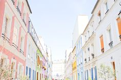 Les couleurs joyeuses de la rue Crémieux près de la Gare de Lyon à Paris.