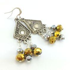 Srebrno złote kolczyki z kryształkami szklanymi i ażurowymi blaszkami.