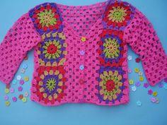 preciosa chaquetita para nena hecha a ganchillo con hilo de algodón rosa.Lleva unos cuadrados multicolores en la parte de delante ,tambien trabajad...