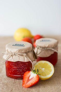 Kleine Marmeladen sind mittlerweile zu einem Klassiker unter den Gastgeschenken geworden. Sehr schön verpackt mit den braunem Papier und dem Juteband.