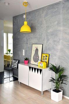 Un bahut relooké avec de l'adhésif fait twister le salon - Relookez votre salon comme sur Pinterest - CôtéMaison.fr