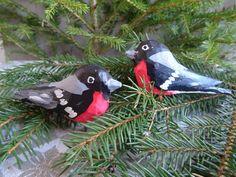 Två skurna domherrar i trä, retro, allmoge, jul, hemslöjd