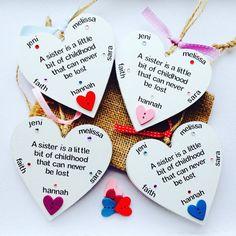 Handgemaakte gepersonaliseerd Zus citaat hart opknoping Plaque.  Deze Plaques op maat 10 x 10 cm (breedste punt) zijn in omvang, ze zijn gemaakt van hout en zijn geschilderd in de kleur wit. Ze zijn hand geformuleerd met het prachtige citaat A zus Is een beetje van jeugd dat kan nooit worden Lost. Scripties plaques zijn verfraaid met een gekleurde houten hart en juwelen, en zijn ingericht met 10cm gekleurd lint en rustieke String te binden de plaques met 50cm.  Deze platen kunnen besteld…