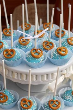 Cake pops in with sprinkles and pretzel decoration for your perfect Oktoberfest coffee . - Oktoberfest - For Life Food German Oktoberfest, Oktoberfest Outfit, Oktoberfest Recipes, Cake Pops, Octoberfest Party, German Desserts, Homemade Pretzels, Beer Batter, Cake Decorating