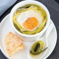 Recette œuf cocotte et fondue de poireaux primeurs, tuile au parmesan - Marie Claire Idées