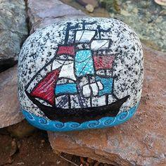 Bir gemiye binip uzaklara gitmeyi hangimiz hayal etmedik ki ! #gemi #deniz #kapistoperi #kapitutamaci #dogalhediyelik #dogaltas #paiting #stones #handmadewithlove #handmade #door #doorstopper