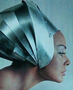 Retro Fashion theswingingsixties: Domina in space age fashion, 1968 - 1960s Fashion, Vintage Fashion, Trendy Fashion, Costume Original, Caroline Reboux, Patti Hansen, Foto Portrait, Space Fashion, Lauren Hutton