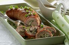 Med bacon om og feta fyld i midten kan det kun blive en succes. Servér den lækre svinemørbrad med sovs og salat, så har du et godt bud på en skøn sommerret.