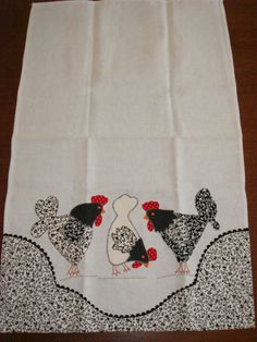 Pote de Mel Berinjelas Bíblia - 25 de Dezembro Bule e Xícara Casinha Galo Linha Galo Ferro Gal. Chicken Crafts, Chicken Art, Table Runner And Placemats, Quilted Table Runners, Machine Embroidery Applique, Hand Embroidery, Dish Towels, Tea Towels, Chicken Quilt