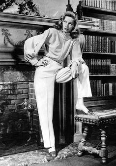 Lauren Bacall en pantalon blanc et pull col roulé en 1949