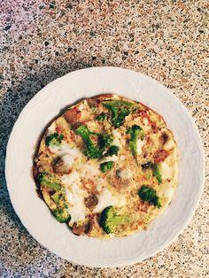 Vitamin mineral ve protein deposu..4 yumurta beyazı biri sarısı ile beraber..brokoli mantar pul biber ve kekik eşliğinde..:)