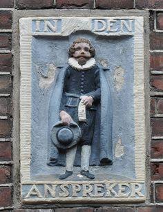 Bloemstraat 12  In het Kohier van de verpondingen van nieuwe gebouwen over de periode 1639-1667 wordt Hendrick Pietersz, aanspreker van beroep, genoemd als bouwheer van het in 1636 voltooide pand aan de noordzijde van de Bloemstraat, het huidige nummer 12. Het lijkt daarom aannemelijk dat deze Hendrick Pietersz in het pand de gevelsteen met een aanspreker in vol ornaat heeft laten aanbrengen.  Een aanspreker was degene die na een sterfgeval, in opdracht van de nabestaanden, de familie, de…