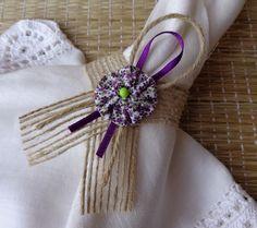 Porta guardanapo confeccionado com fita de juta aramada rústica, decorado com uma flor de fuxico,cordão de juta e fita de cetim.  Obs- pedido mínimo de 30 peças. Para maior quantidade, consultar prazo de confecção e envio.