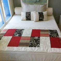 Conjunto de pie de cama más cojines #Decoración #Dormitorio #Pieceras #Cojines Mini Quilts, Baby Quilts, Bed Cover Design, Designer Bed Sheets, Bed Scarf, Patchwork Blanket, Bed Runner, Quilt Bedding, Sewing Basics